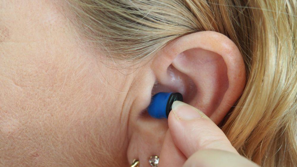 Cómo limpiar audífonos
